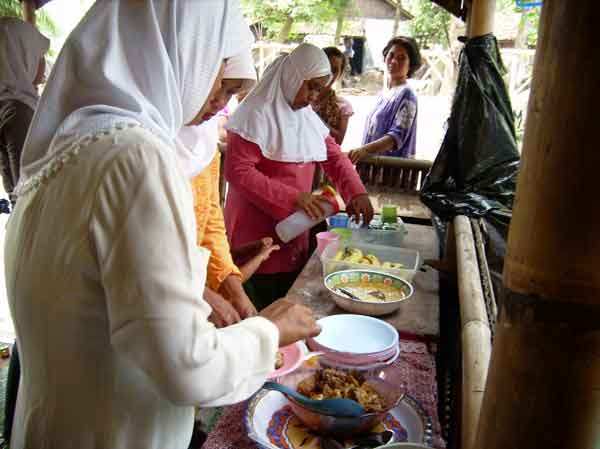 Evaluation PD Gallery | Mother prepare food for participat